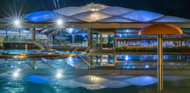 Spassbad bei Nacht