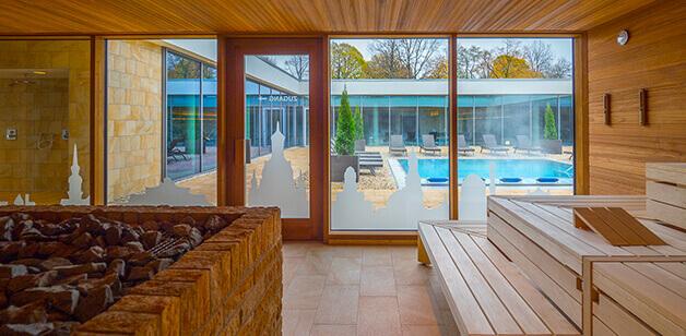 Blick aus Sauna in Innenhof